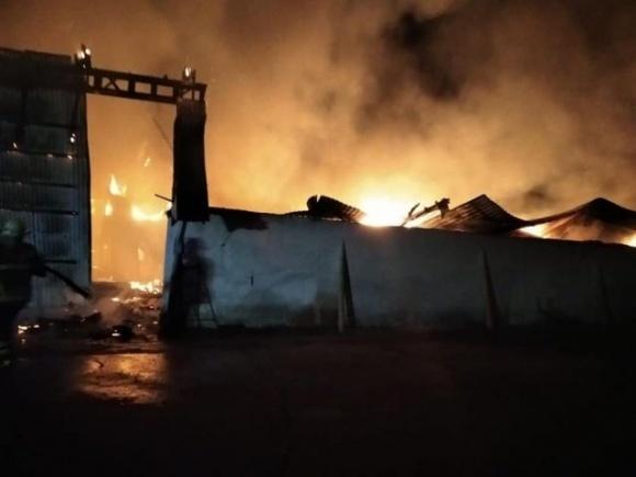 Масштабна пожежа на Прикарпатті: загорівся склад із зерном фото, ілюстрація