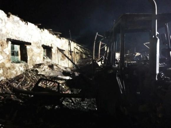 На Николаевщине ночью сгорело фермерское помещение, в котором хранилось зерно и сельхозтехника фото, иллюстрация