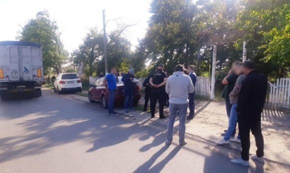 Под Белой Церковью «рейдеры» перекрыли дорогу и вывозят с фирмы зерно фото, иллюстрация