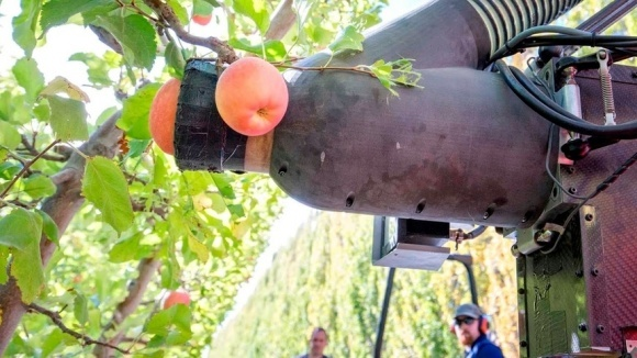 Безымянный робот способен собирать одно яблоко в секунду фото, иллюстрация