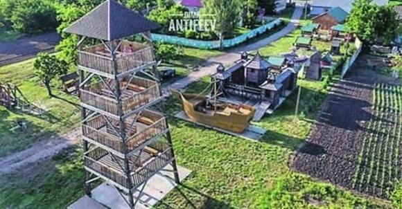 На Запоріжжі фермер із зятем збудували «козацький» дитячий майданчик фото, ілюстрація