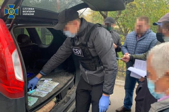 СБУ затримала на хабарі голову Чернігівської РДА за махінації із землею фото, ілюстрація