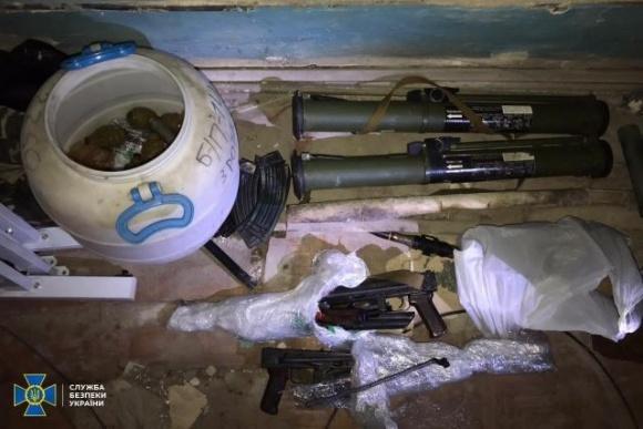 СБУ обнаружила в центре Киева в здании президиума НААН тайник с оружием, боеприпасами и взрывчаткой фото, иллюстрация