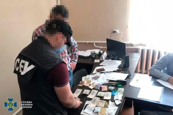 СБУ разоблачила старосту и двух депутатов ОТГ, которые требовали взятку от агропредприятия с иностранными инвестициями  фото, иллюстрация