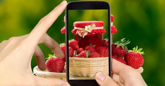 Cмартфон поможет определить сладость клубники фото, иллюстрация