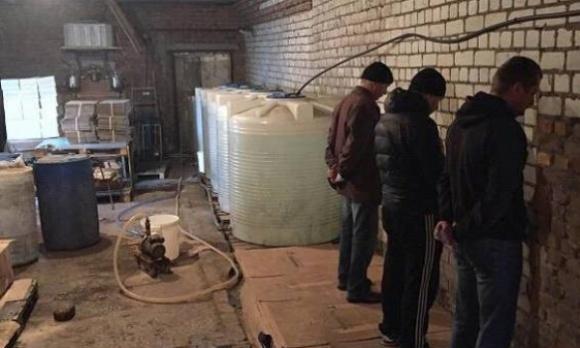 На Киевщине выявлен подземный спиртзавод, замаскированный под овцеферму фото, иллюстрация