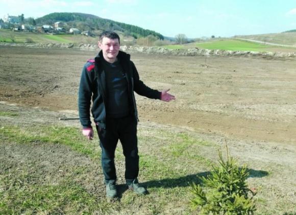 Фермер взялся строить стадион для села фото, иллюстрация