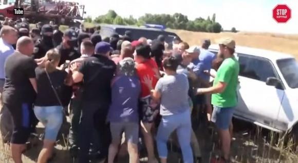 «Слугу народу» звинувачують у причетності до рейдерства та крадіжки врожаю на Чернігівщині фото, ілюстрація