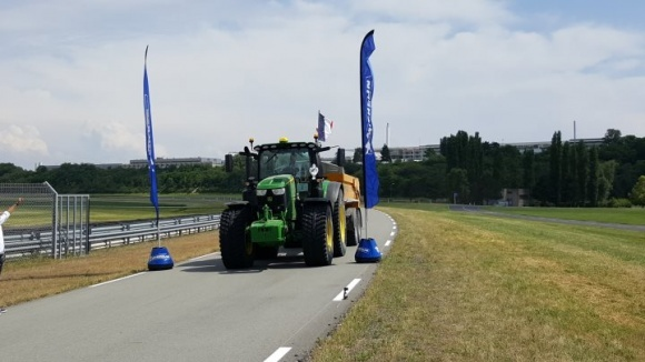 Во Франции прошел чемпионат Европы среди трактористов фото, иллюстрация