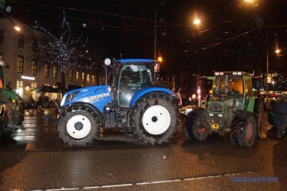 В Нидерландах разъяренные фермеры на тракторах бастовали возле парламента фото, иллюстрация