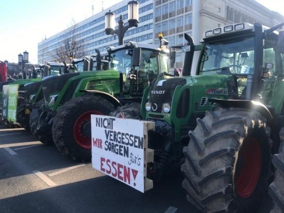 У Берліні фермери на знак протесту блокують рух тракторами фото, ілюстрація