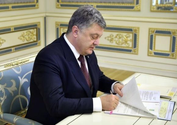 Президент Петро Порошенко  підписав закон про запобігання рейдерству земель в Україні фото, ілюстрація