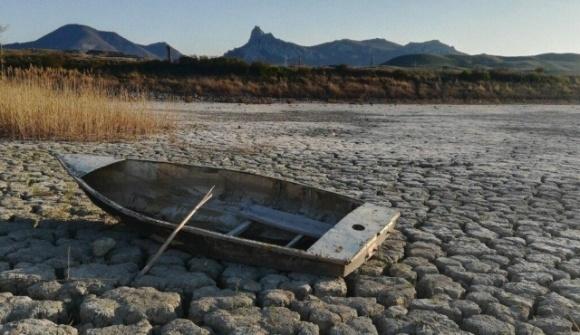 Засуха в оккупированном Крыму: в Коктебеле полностью высохло озеро фото, иллюстрация