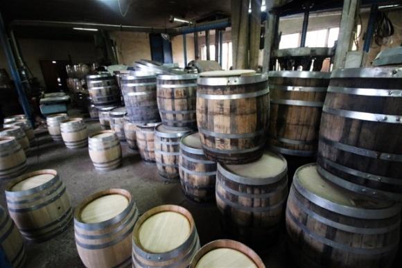 Французские виноделы переработают непроданное вино в санитайзеры для рук фото, иллюстрация