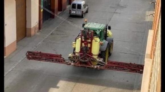 Европейские фермеры вывели тракторы для борьбы с коронавирусом фото, иллюстрация