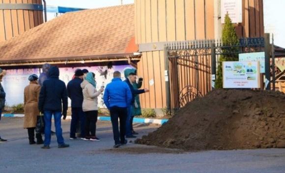Активісти привезли землі черкаському «слузі народу» фото, ілюстрація