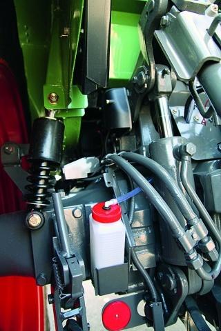 Збільшені циліндри і посилені важелі забезпечують збільшення підйомної сили до 5960 даН. Механічна підвіска кабіни поставляється за доплату