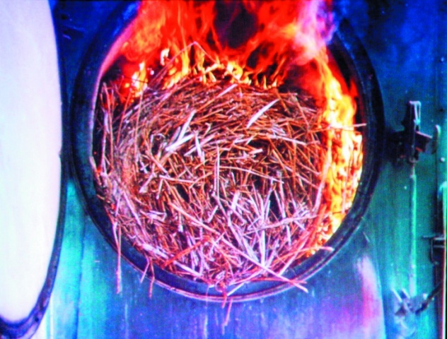 Сжигание соломенных тюков круглого сечения в специально предназначенных для этого котлах