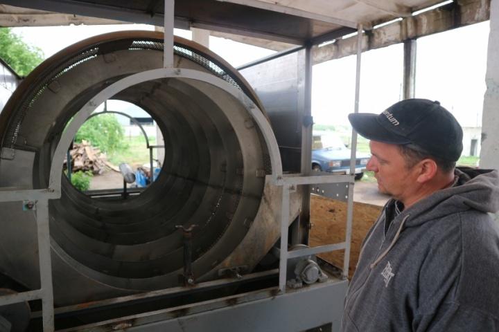 технолог Максим Перепелиця показує першу мийну машину