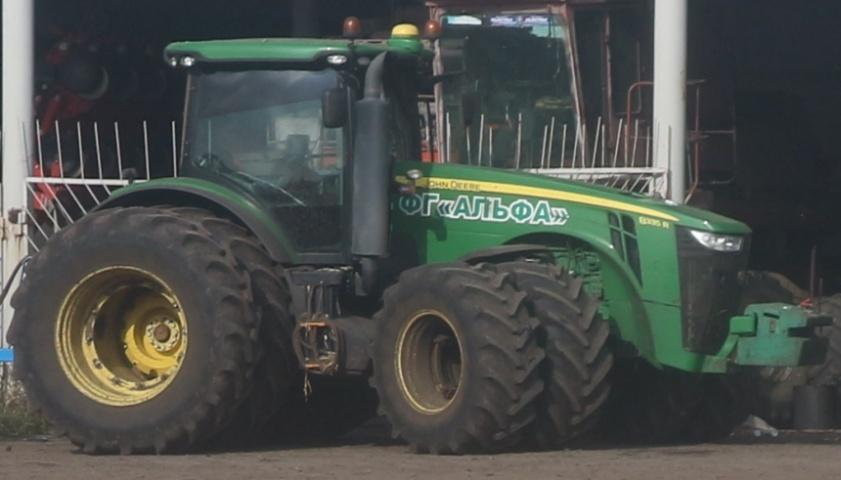 Всі польові роботи виконує півдесятка таких тракторів