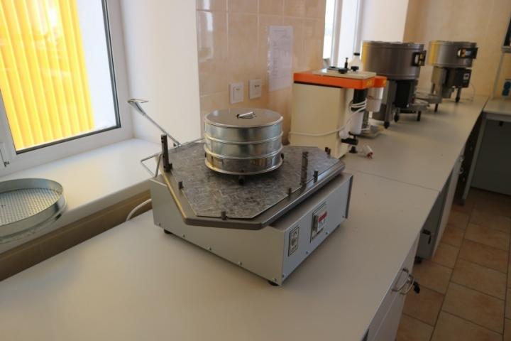 в лабораторії кооперативного елеватора
