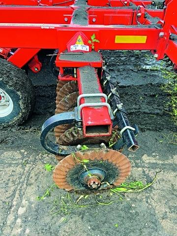 Пружинне кріплення батарей дисків сприяє якісній роботі агрегату навіть у важких умовах
