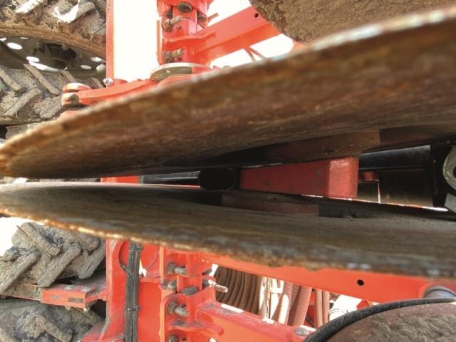 Зерно з висівної трубки подають у передню частину дводискового сошника, що гарантує його точне укладання на дні висівної борозни