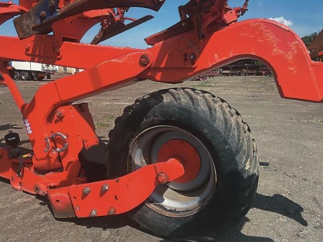 Велике опорно-транспортне колесо — гарантія високої стійкості машини як під час пересування дорогами загального користування так і під час роботи в полі