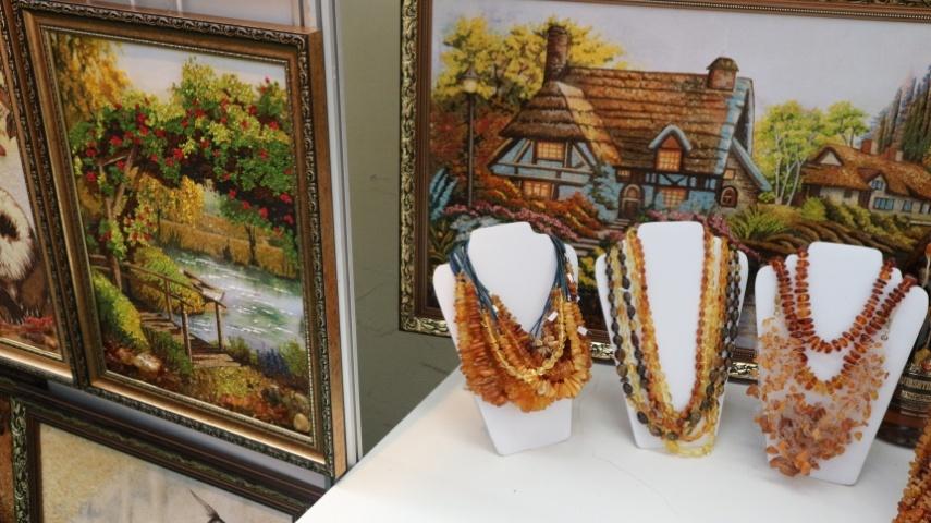 експозиція Рівненської області: вироби з бурштину
