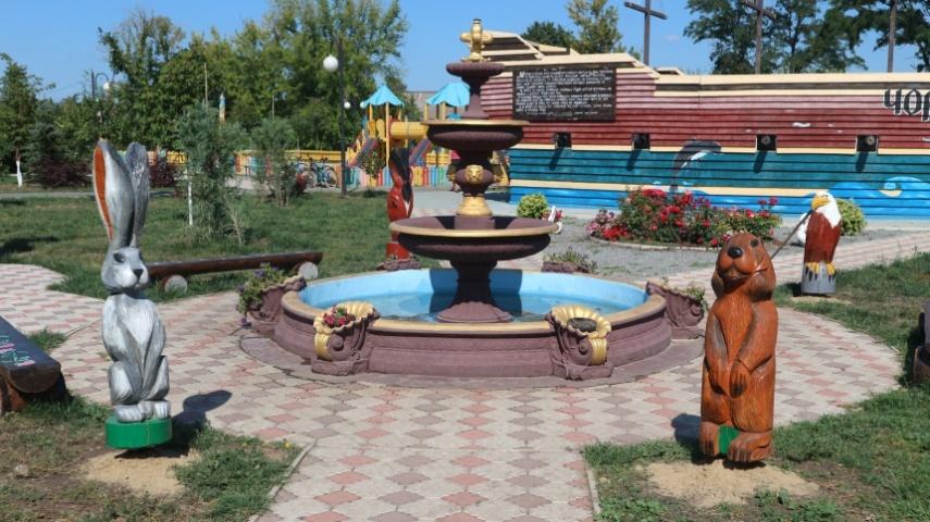Казкові персонажі зібралися навколо фонтану
