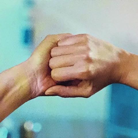 Крок 4. Зовнішня сторона пальців на протилежній долоні з перехрещеними пальцями