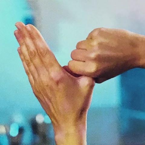 Крок 5. Колоподібне втирання лівого великого пальця в закритій долоні правої руки і навпаки