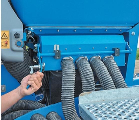 Для того, щоб спорожнити центральний насіннєвий бункер, треба відкинути в сторону насіннєпроводи і натиском кнопки привести в дію шнеки, які викрутять зерно в підставлене відро чи мішок