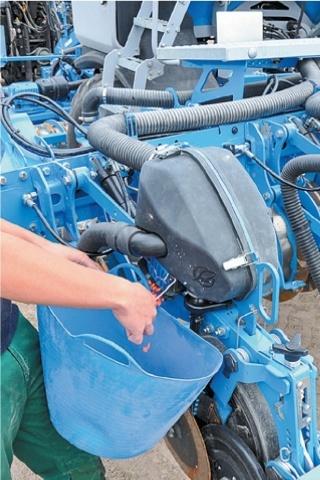 Під корпусами висівних секцій з обох сторін знаходяться клапани для спорожнення дозувальних агрегатів
