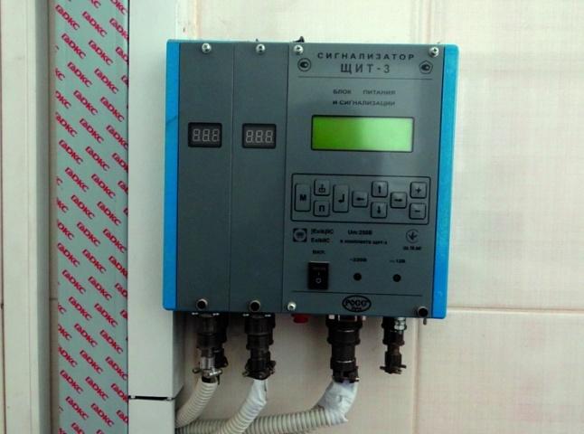 Сигнализатор ЩИТ-3 —  управляющий микрокомпьютер (микроконтроллер датчиками газа, задымлённости) в лаборатории
