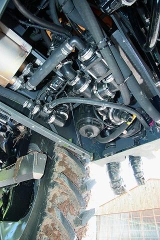 Циркуляційний насос на 800 л під обприскувачем майже не видно. Ємність із високоякісної сталі зліва служить в якості допоміжного резервуара при заповненні бака