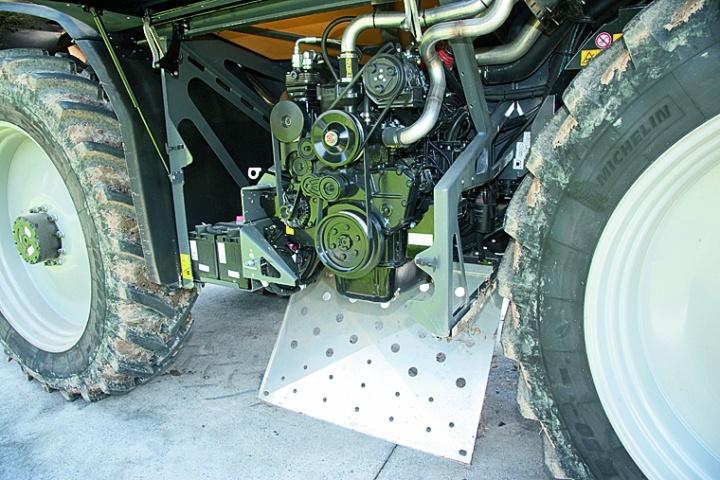 Двигун Sisu із робочим обсягом 7,4 л і потужністю 227 к.с. розташовано знизу між обома осями. Він добре доступний. Радіатор знаходиться зверху за кабіною