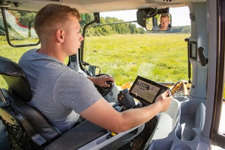 в кабіні трактора серії Т