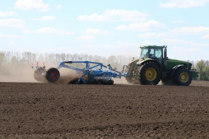 Посевная, трактор в поле