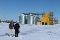 На цьому елеваторі фермер Василь Засуха (праворуч) почувається господарем. Як і решта членів фермерського кооперативу