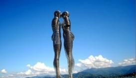 """Движущаяся статуя любви в Батуми """"Али и Нино"""""""