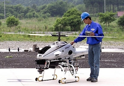 Опрыскивание полей с помощью радиоуправляемого вертолёта фото, иллюстрация