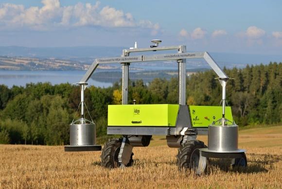 Три робота - три специалиста по посевам фото, иллюстрация