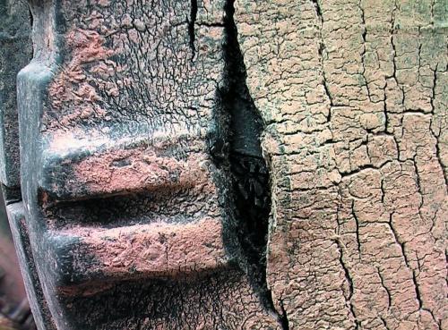 Характерне пошкодження превантаженої шини