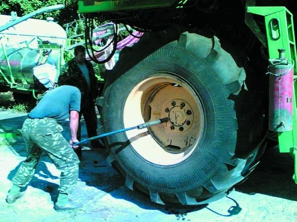 Ручний монтаж-демонтаж габаритних коліс та шин потребує значних затрат зусиль і часу